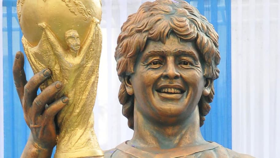 TOPSHOT - A statue of Argentine footballer Diego Maradona is unveiled at the Sribhumi Sporting Club in the Indian city of Kolkata on December 11, 2017. / AFP PHOTO / STR        (Photo credit should read STR/AFP/Getty Images)