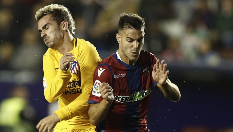 Atletico Madrid's forward from France Antoine Griezmann(L) vies with Levante's defender Rober Pier during the Spanish league football match Levante UD against Club Atletico de Madrid at the Ciutat de Valencia stadium in Valencia on November 25, 2017. / AFP PHOTO / JOSE JORDAN        (Photo credit should read JOSE JORDAN/AFP/Getty Images)