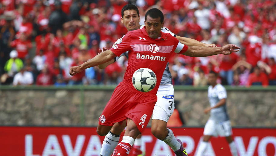 TOLUCA, MEXICO - SEPTEMBER 25:  Paulo Da Silva of Toluca struggles for the ball with Guillermo Burdisso of Leon during the 11th round match between Toluca and Leon as part of the Torneo Apertura 2016 Liga MX at Universitario Alberto 'Chivo' Cordoba Stadium on September 25, 2016 in Toluca, Mexico. (Photo by Hector Vivas/LatinContent/Getty Images)