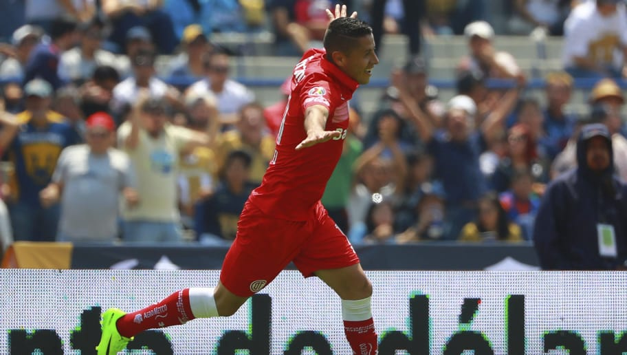 MEXICO CITY, MEXICO - APRIL 09: Carlos Esquivel of Toluca celebrates after scoring the first goal of his team during the 13th round match between Pumas UNAM and Toluca as part of the Torneo Clausura 2017 Liga MX at Olimpico Universitario Stadium on April 09, 2017 in Mexico City, Mexico. (Photo by Hector Vivas/LatinContent/Getty Images)