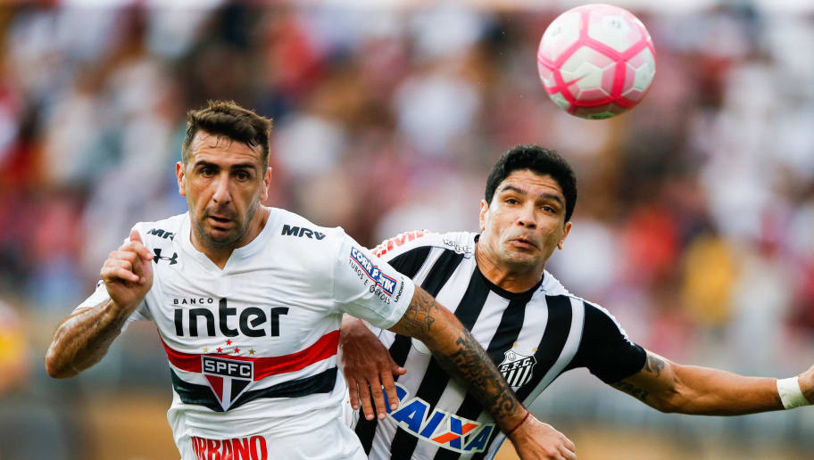 SAO PAULO, BRAZIL - OCTOBER 28: Lucas Pratto (L) of Sao Paulo and Renato of Santos in action during the match between Sao Paulo and Santos for the Brasileirao Series A 2017 at Pacaembu Stadium on October 28, 2017 in Sao Paulo, Brazil. (Photo by Alexandre Schneider/Getty Images)