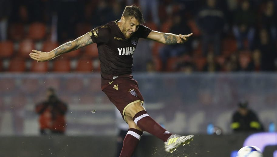 AVELLANEDA, ARGENTINA - SEPTEMBER 16: German Denis of Lanus kicks the penalty to score the winning goal of his team during a match between Independiente and Lanus as part of the Superliga 2017/18 at Libertadores de America Stadium on September 16, 2017 in Avellaneda, Argentina. (Photo by Gabriel Rossi/Getty Images)