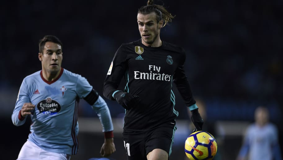 VIGO, SPAIN - JANUARY 07: Hugo Mallo of RC Celta de Vigo competes for the ball with Gareth Bale of Real Madrid during the La Liga match between RC Celta de Vigo and Real Madrid at Municipal Balaidos on January 7, 2018 in Vigo, . (Photo by Octavio Passos/Getty Images)