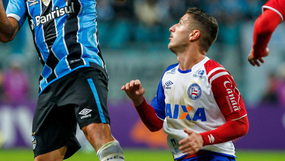 PORTO ALEGRE, BRAZIL - JUNE 12: Edilson of Gremio battles for the ball against Ze Rafael of Bahia during the match between Gremio and Bahia as part of Brasileirao Series A 2017, at Arena do Gremio on June 12, 2017, in Porto Alegre, Brazil. (Photo by Lucas Uebel/Getty Images)