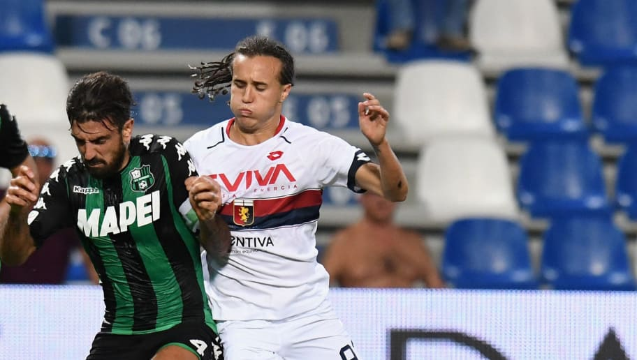 REGGIO NELL'EMILIA, ITALY - AUGUST 20: Francesco Magnanelli of US Sassuolo  competes for the ball whit   Ricardo Centurion of Genoa CFC during the Serie A match between US Sassuolo and Genoa CFC at Mapei Stadium - Citta' del Tricolore on August 20, 2017 in Reggio nell'Emilia, Italy.  (Photo by Getty Images/Getty Images)