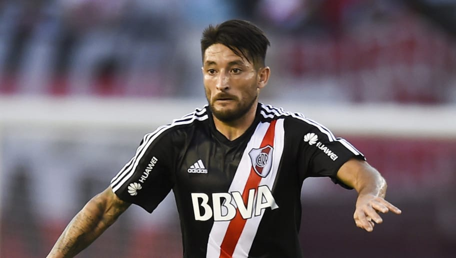 BUENOS AIRES, ARGENTINA - NOVEMBER 22: Milton Casco of River Plate drives the ball during a match between River and Union as part of Superliga 2017/18 at Monumental Stadium on November 22, 2017 in Buenos Aires, Argentina.  (Photo by Marcelo Endelli/Getty Images)