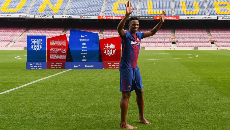 Video Barcelona New Boy Yerry Mina Introduced Himself To Fans Barefoot And With A Dance 90min