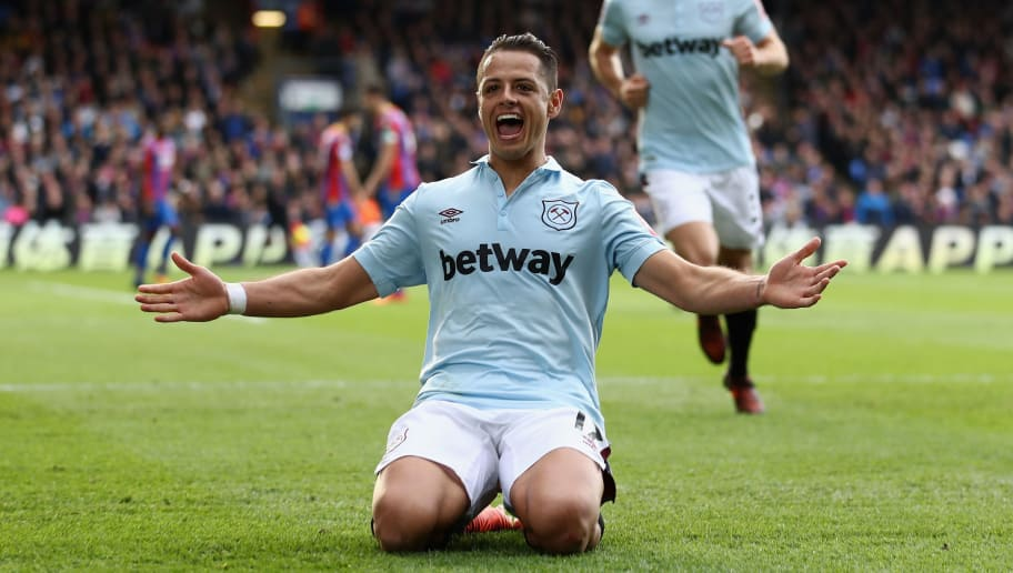 LONDON, ENGLAND - OCTOBER 28: Javier Hernandez of West Ham United celebrates scoring his sides first goal during the Premier League match between Crystal Palace and West Ham United at Selhurst Park on October 28, 2017 in London, England.  (Photo by Bryn Lennon/Getty Images)