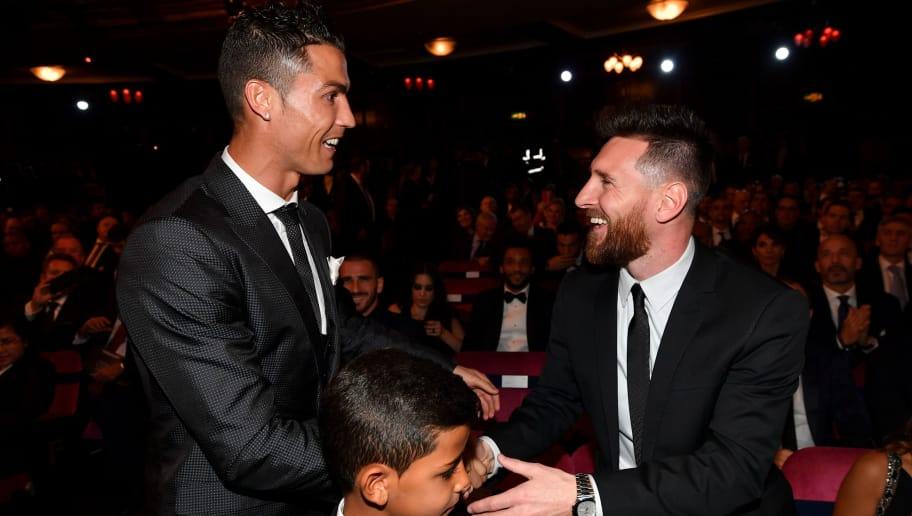 TOPSHOT - Nominees for the Best FIFA football player, Barcelona and Argentina forward Lionel Messi (R) and Real Madrid and Portugal forward Cristiano Ronaldo (L) chat before taking their seats for The Best FIFA Football Awards ceremony, on October 23, 2017 in London. / AFP PHOTO / Ben STANSALL        (Photo credit should read BEN STANSALL/AFP/Getty Images)