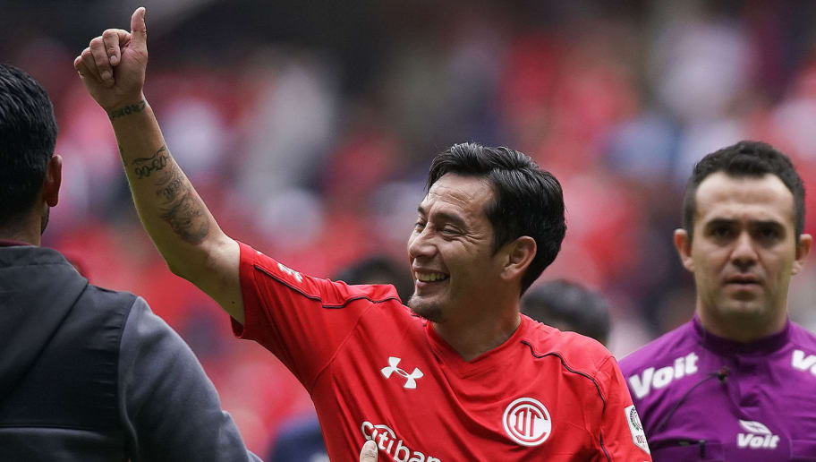 TOLUCA, MEXICO - AUGUST 27: Rubens Sambueza of Toluca greets fans during the seventh round match between Toluca and Puebla as part of the Torneo Apertura 2017 Liga MX at Nemesio Diez Stadium on August 27, 2017 in Toluca, Mexico. (Photo by Jaime Lopez/Getty Images)