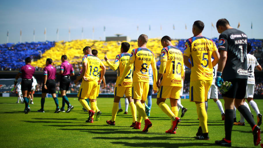 MEXICO CITY, MEXICO - JANUARY 21: Players of Pumas and America enter to the field prior the 3rd round match between Pumas UNAM and America as part of the Torneo Clausura 2018 Liga MX at Olimpico Universitario Stadium on January 21, 2018 in Mexico City, Mexico. (Photo by Hector Vivas/Getty Images)