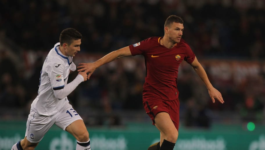 ROME, ITALY - JANUARY 06:  Mattia Caldara of Atalanta BC competes for the ball with Edin Dzeko of AS Roma during the serie A match between AS Roma and Atalanta BC at Stadio Olimpico on January 6, 2018 in Rome, Italy.  (Photo by Paolo Bruno/Getty Images)