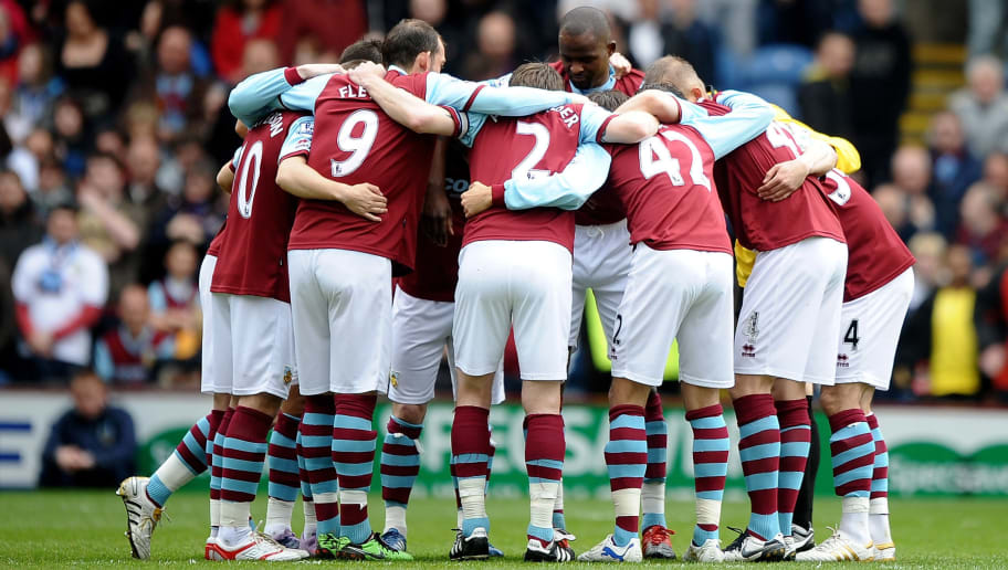 BURNLEY, ENGLAND - APRIL 25:  The Burnley players form a huddle prior to the Barclays Premier League match between Burnley and Liverpool at Turf Moor on April 25, 2010 in Burnley, England.  (Photo by Laurence Griffiths/Getty Images)