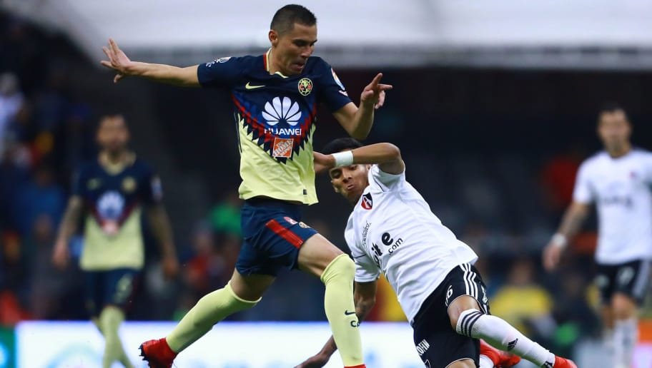 MEXICO CITY, MEXICO - JANUARY 27: Paul Aguilar of America struggles for the ball with Ulises Cardona of Atlas during a match between America and Atlas as part of the 4th round of the Torneo Clausura 2018 Liga MX at Azteca Stadium on January 27, 2018 in Mexico City, Mexico.  (Photo by Hector Vivas/Getty Images )
