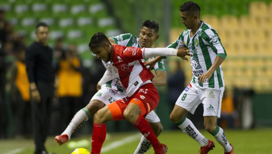 LEON, MEXICO - JANUARY 27: Miguel Ponce of Necaxa figths for the ball with Alexander Mejia and Elias Hernandez of Leon during the 4th round match between Leon and Necaxa as part of the Torneo Clausura 2018 Liga MX at Leon Stadium on January 27, 2018 in Leon, Mexico. (Photo by Leopoldo Smith/Getty Images)