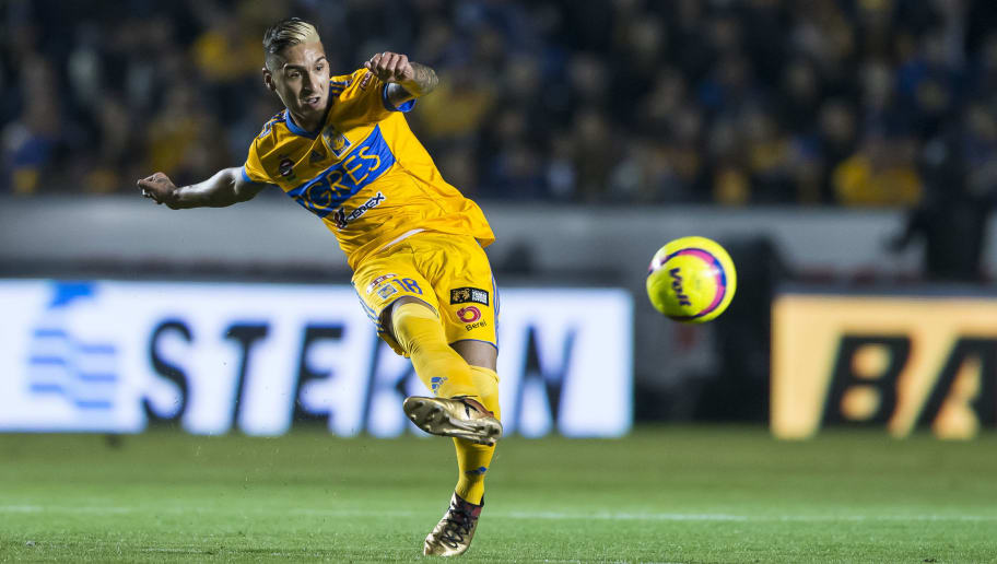 MONTERREY, MEXICO - JANUARY 27:  Ismael Sosa of Tigres kicks the ball during the 4th round match between Tigres UANL and Pachuca as part of the Torneo Clausura 2018 Liga MX on January 27, 2018 in Monterrey, Mexico. (Photo by Azael Rodriguez/Getty Images)