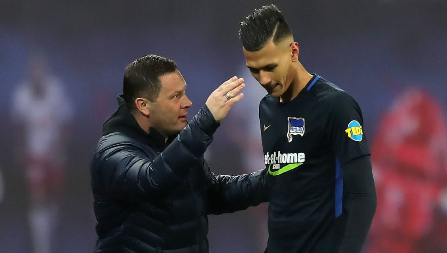 LEIPZIG, GERMANY - DECEMBER 17:  Head coach Pal Dardai of Hertha BSC talks to team mate Davie Selke of Hertha BSC during the Bundesliga match between RB Leipzig and Hertha BSC at Red Bull Arena on December 17, 2017 in Leipzig, Germany.  (Photo by Boris Streubel/Bongarts/Getty Images)