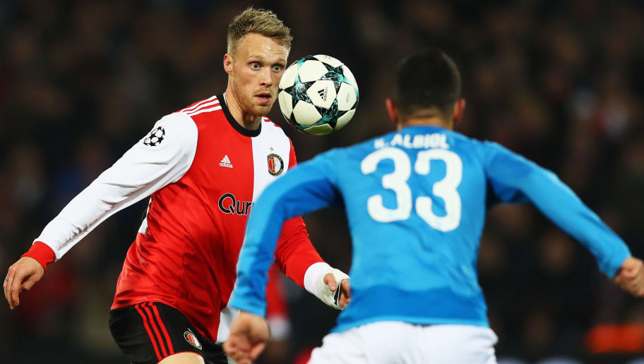 ROTTERDAM, NETHERLANDS - DECEMBER 06:  Nicolai Jorgensen of Feyenoord battles for the ball with Raul Albiol of Napoli during the UEFA Champions League group F match between Feyenoord and SSC Napoli at Feijenoord Stadion on December 6, 2017 in Rotterdam, Netherlands.  (Photo by Dean Mouhtaropoulos/Getty Images)