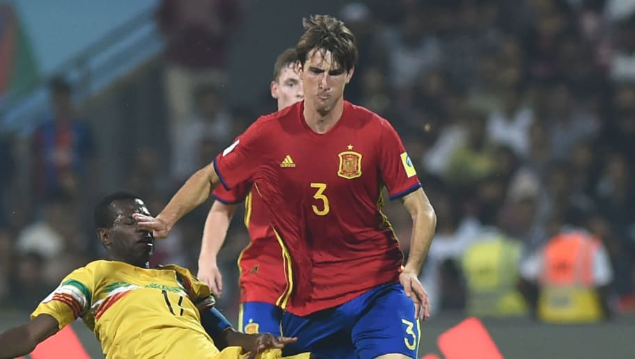 Juan Miranda of Spain (C) and Mamadou Samake (L) of Mali vie for the ball during the second semi final football match between Mali and Spain in the FIFA U-17 World Cup at the D.Y.Patil stadium in Navi Mumbai on October 25, 2017. / AFP PHOTO / PUNIT PARANJPE        (Photo credit should read PUNIT PARANJPE/AFP/Getty Images)
