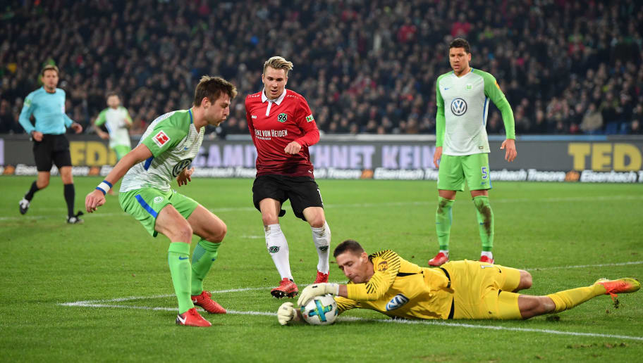 HANOVER, GERMANY - JANUARY 28:  Felix Klaus of Hannover  has a shot saved by Koen Casteels of Wolfsburg during the Bundesliga match between Hannover 96 and VfL Wolfsburg at HDI-Arena on January 28, 2018 in Hanover, Germany.  (Photo by Stuart Franklin/Bongarts/Getty Images)