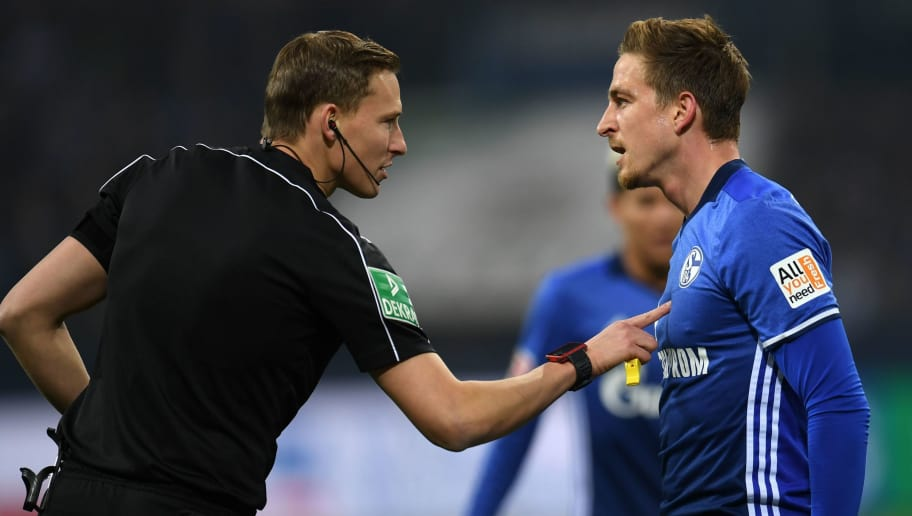 Schalke's midfielder Bastian Oczipka argues with referee Martin Petersen (L) during the German First division Bundesliga football match FC Schalke 04 vs Hanover 96 in Gelsenkirchen, western Germany, on January 21, 2018. / AFP PHOTO / PATRIK STOLLARZ / RESTRICTIONS: DURING MATCH TIME: DFL RULES TO LIMIT THE ONLINE USAGE TO 15 PICTURES PER MATCH AND FORBID IMAGE SEQUENCES TO SIMULATE VIDEO. == RESTRICTED TO EDITORIAL USE == FOR FURTHER QUERIES PLEASE CONTACT DFL DIRECTLY AT + 49 69 650050         (Photo credit should read PATRIK STOLLARZ/AFP/Getty Images)