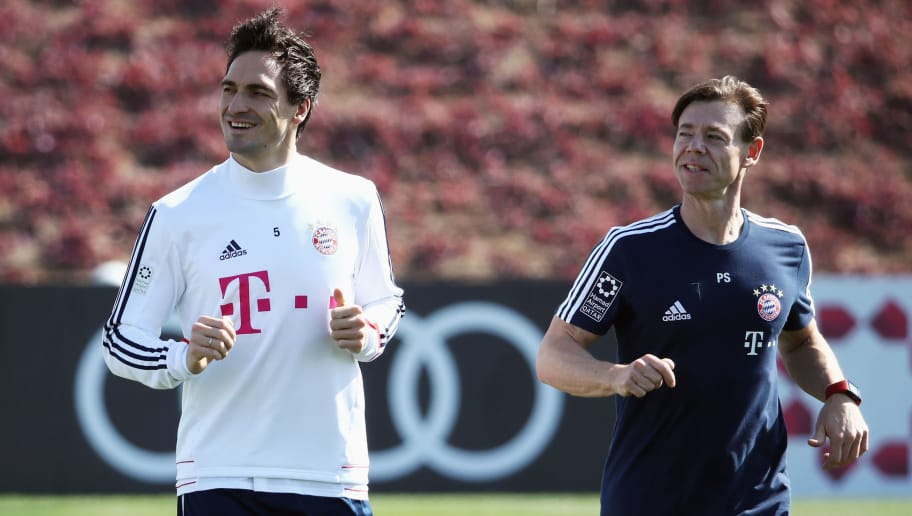 DOHA, QATAR - JANUARY 04: Mats Hummels runs with Pilates coach Peter Schloesser during a training session on day 3 of the FC Bayern Muenchen training camp at ASPIRE Academy for Sports Excellence on January 4, 2018 in Doha, Qatar.  (Photo by Alex Grimm/Bongarts/Getty Images)