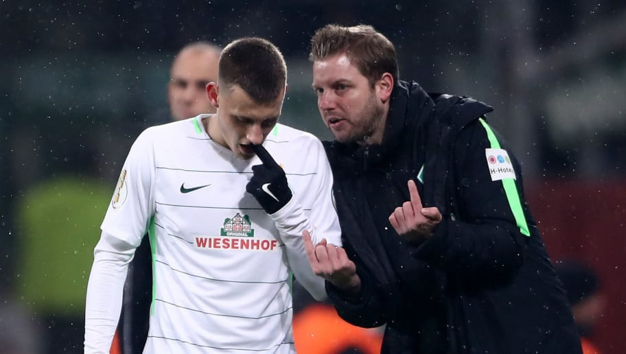 LEVERKUSEN, GERMANY - FEBRUARY 06:  Florian Kohfeldt, head coach of Bremen talks to Maximilian Eggestein during the DFB Cup quarter final match between Bayer Leverkusen and Werder Bremen at BayArena on February 6, 2018 in Leverkusen, Germany.  (Photo by Alex Grimm/Bongarts/Getty Images)