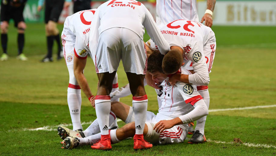 PADERBORN, GERMANY - FEBRUARY 06:  Thomas Mueller of Muenchen is helped by teamates after getting injured during the DFB Pokal quater final match between SC Paderborn and Bayern Muenchen at Benteler Arena on February 6, 2018 in Paderborn, Germany.  (Photo by Stuart Franklin/Bongarts/Getty Images)