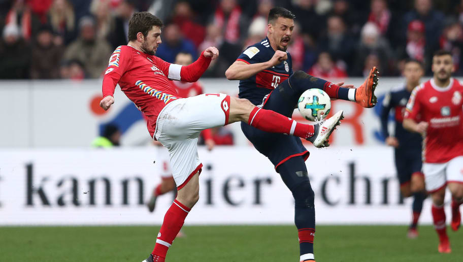 MAINZ, GERMANY - FEBRUARY 03: Sandro Wagner of Muenchen (r) fights for the ball with Stefan Bell of Mainz (l) during the Bundesliga match between 1. FSV Mainz 05 and FC Bayern Muenchen at Opel Arena on February 3, 2018 in Mainz, Germany. (Photo by Alex Grimm/Bongarts/Getty Images)