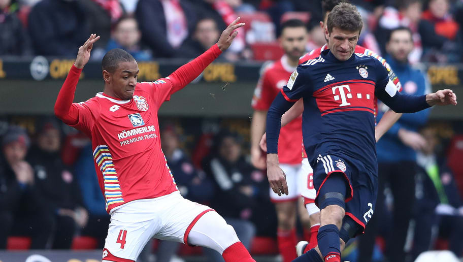 MAINZ, GERMANY - FEBRUARY 03: Thomas Mueller of Bayern Muenchen (r) is chased by Abdou Diallo of Mainz during the Bundesliga match between 1. FSV Mainz 05 and FC Bayern Muenchen at Opel Arena on February 3, 2018 in Mainz, Germany. (Photo by Alex Grimm/Bongarts/Getty Images)