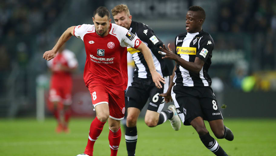MOENCHENGLADBACH, GERMANY - NOVEMBER 04: Levin Oeztunali of Mainz (l) fights for the ball with Denis Zakaria of Moenchengladbach during the Bundesliga match between Borussia Moenchengladbach and 1. FSV Mainz 05 at Borussia-Park on November 4, 2017 in Moenchengladbach, Germany. (Photo by Maja Hitij/Bongarts/Getty Images)