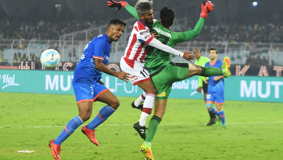 ATK's Jayesh Rane (C) vies with FC Goa's Laxmikant Kattimani (R) during the Indian Super League (ISL) football match between ATK and FC Goa at the Vivekananda Yuba Bharati Krirangan Stadium  in Kolkata on January 3, 2018. / AFP PHOTO / Dibyangshu SARKAR / RESTRICTED TO EDITORIAL USE - STRICTLY NO COMMERCIAL USE        (Photo credit should read DIBYANGSHU SARKAR/AFP/Getty Images)