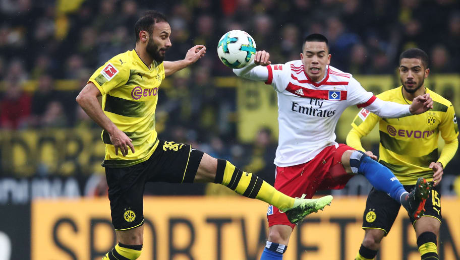 DORTMUND, GERMANY - FEBRUARY 10:  Oemer Toprak (L) of Dortmund and Bobby Wood (R) of Hamburg compete for the ball during the Bundesliga match between Borussia Dortmund and Hamburger SV at Signal Iduna Park on February 10, 2018 in Dortmund, Germany.  (Photo by Oliver Hardt/Bongarts/Getty Images)