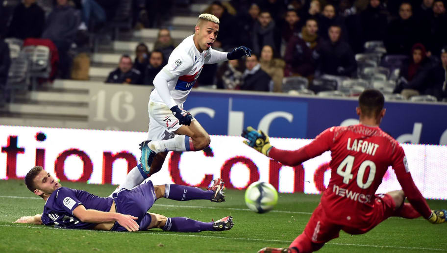 Lyon's Dominican forward Mariano Diaz (C) kicks the ball as Toulouse's French goalkepper Alban Lafont (R) dives  during the French L1 football match between Toulouse (TFC) and Lyon (OL) on December 20, 2017, at the Municipal Stadium in Toulouse, southern France. / AFP PHOTO / REMY GABALDA        (Photo credit should read REMY GABALDA/AFP/Getty Images)