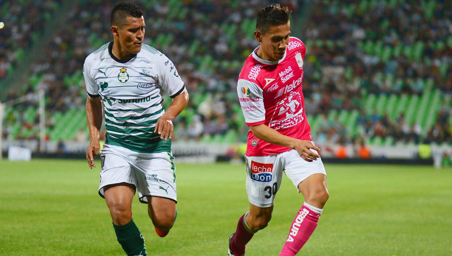 Osvaldo Martinez (L) of Santos vies for the ball with Jose Rodriguez (R) of Leon during their Mexican Clausura tournament football match at the TSM Corona stadium on February 14, 2018 in Torreon, Mexico. / AFP PHOTO / OSCAR WONG        (Photo credit should read OSCAR WONG/AFP/Getty Images)