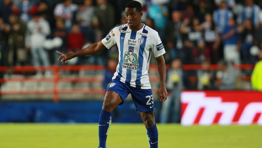 PACHUCA, MEXICO - JANUARY 20:  Oscar Murillo of Pachuca controls the ball during the 3rd round match between Pachuca and Lobos BUAP as part of the Torneo Clausura 2018 Liga MX at Hidalgo Stadium on January 20, 2018 in Pachuca, Mexico. (Photo by Manuel Velasquez/Getty Images)