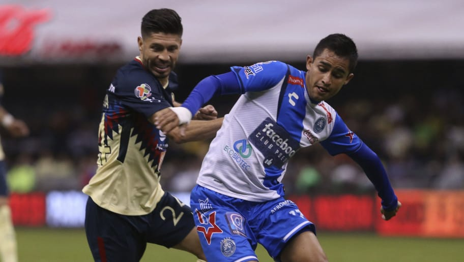 MEXICO CITY, MEXICO - NOVEMBER 04: Oribe Peralta of America competes for the ball with Alonso Zamora of Puebla during the 16th round match between America and Puebla as part of the Torneo Apertura 2017 Liga MX at Azteca Stadium on November 04, 2017 in Mexico City, Mexico. (Photo by Misael Montano/Getty Images)