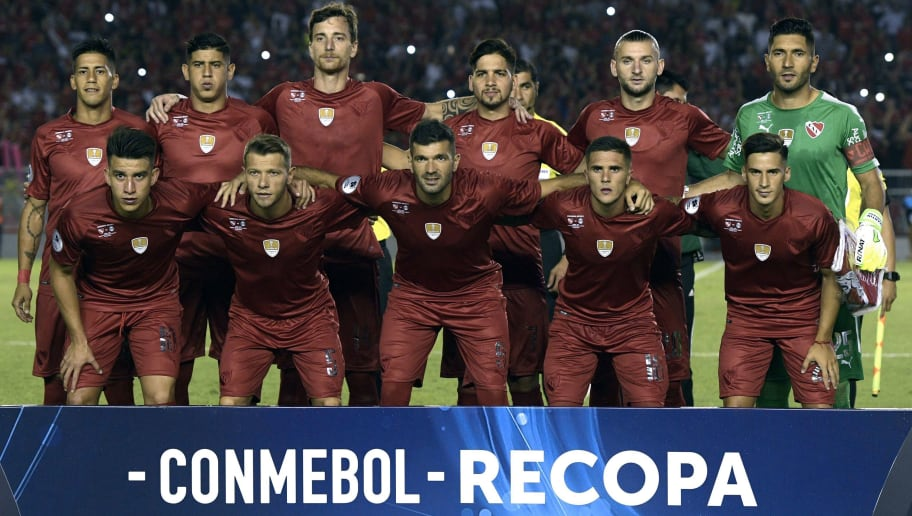 Argentina's Independiente football team pose during the Recopa Sudamericana 2018 first leg final football match against Argentina's Independiente at Libertadores de America stadium in Avellaneda, Buenos Aires, on February 14, 2018. / AFP PHOTO / Juan MABROMATA        (Photo credit should read JUAN MABROMATA/AFP/Getty Images)