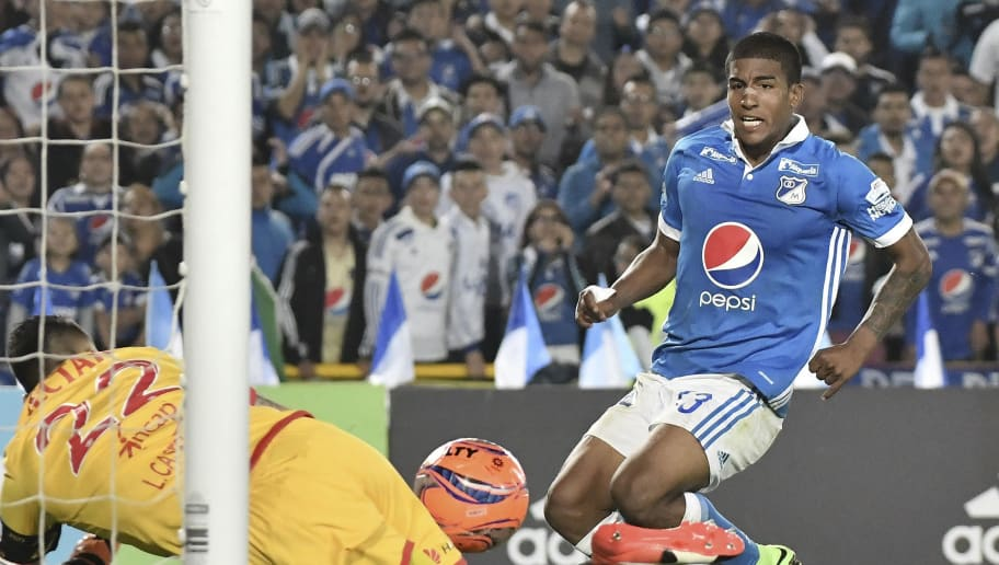 BOGOTA, COLOMBIA - MARCH 19: Harold Mosquera (R) of Millonarios kicks the ball during the match between Millonarios and Independiente Santa Fe as part of the Liga Aguila 2017 at Nemesio Camacho El Campin Stadium on March 19, 2017 in Bogota, Colombia. (Photo by Gabriel Aponte/LatinContent/Getty Images)