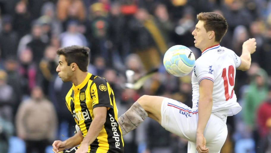 MONTEVIDEO, URUGUAY - MAY 15:  Diego Rossi of Peñarol and Santiago Romero of Nacional fight for the ball during a match between Peñarol and Nacional as part of Torneo Clausura 2016 at Centenario Stadium on May 15, 2016 in Montevideo, Uruguay. (Photo by Sandro Pereyra/LatinContent/Getty Images)