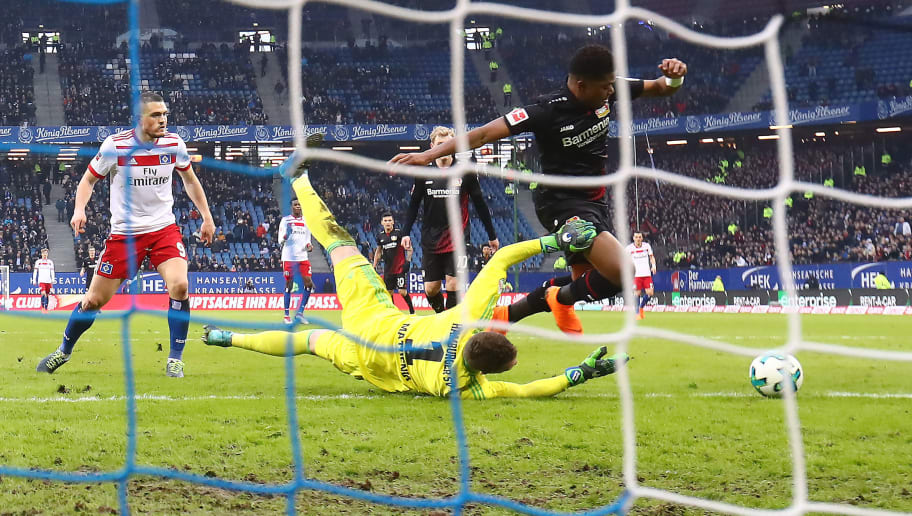 HAMBURG, GERMANY - FEBRUARY 17: Leon Bailey of Bayer Leverkusen (r) scores a goal past goalkeeper Christian Mathenia of Hamburg during the Bundesliga match between Hamburger SV and Bayer 04 Leverkusen at Volksparkstadion on February 17, 2018 in Hamburg, Germany. (Photo by Martin Rose/Bongarts/Getty Images)