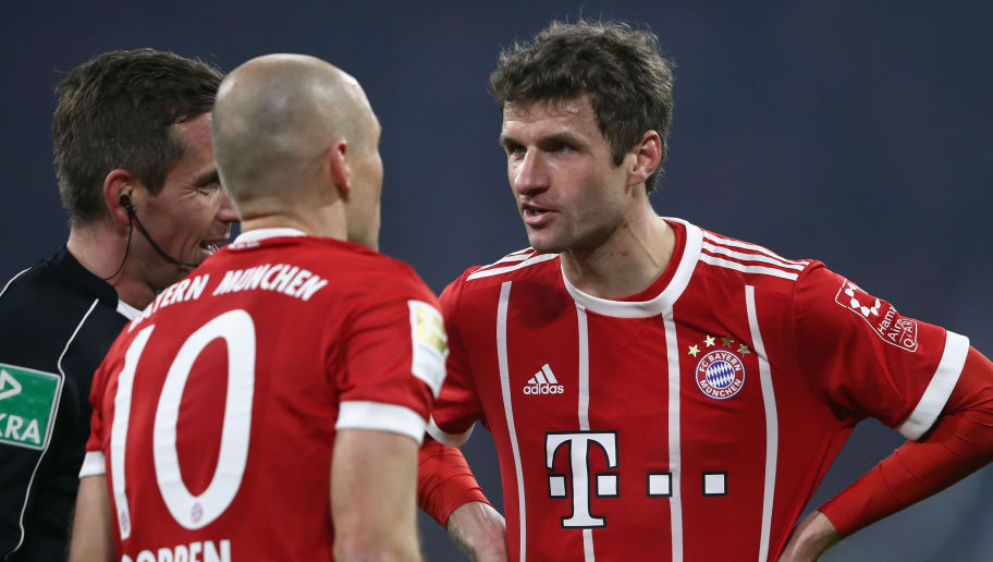 MUNICH, GERMANY - FEBRUARY 10: Thomas Mueller of Muenchen discusses with team mate Arjen Robben and referee Referee Tobias Stieler during the Bundesliga match between FC Bayern Muenchen and FC Schalke 04 at Allianz Arena on February 10, 2018 in Munich, Germany.  (Photo by Alex Grimm/Bongarts/Getty Images)