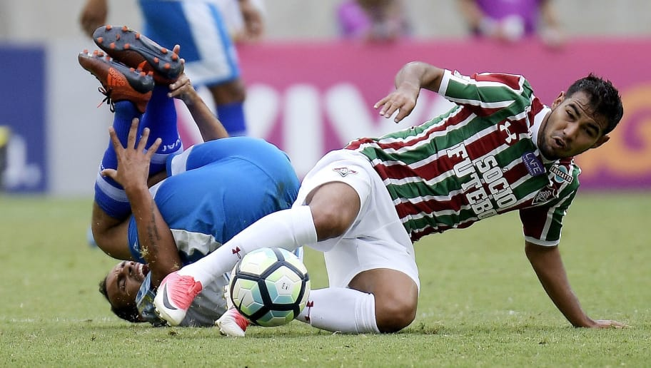 RIO DE JANEIRO, BRAZIL - OCTOBER 15: Junior Sornoza (R) of Fluminense battles for the ball with Simião of Avai during the match between Fluminense and Avai as part of Brasileirao Series A 2017 at Maracana Stadium on October 15, 2017 in Rio de Janeiro, Brazil. (Photo by Alexandre Loureiro/Getty Images)
