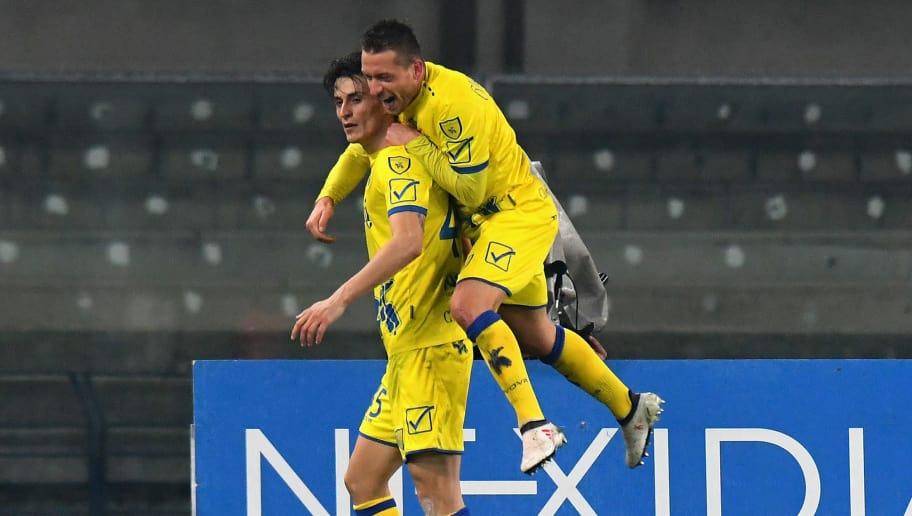 VERONA, ITALY - FEBRUARY 17: Roberto Inglese AC Chievo Verona celebrates after scoring his team second goal during the serie A match between AC Chievo Verona and Cagliari Calcio at Stadio Marc'Antonio Bentegodi on February 17, 2018 in Verona, Italy.  (Photo by Alessandro Sabattini/Getty Images)