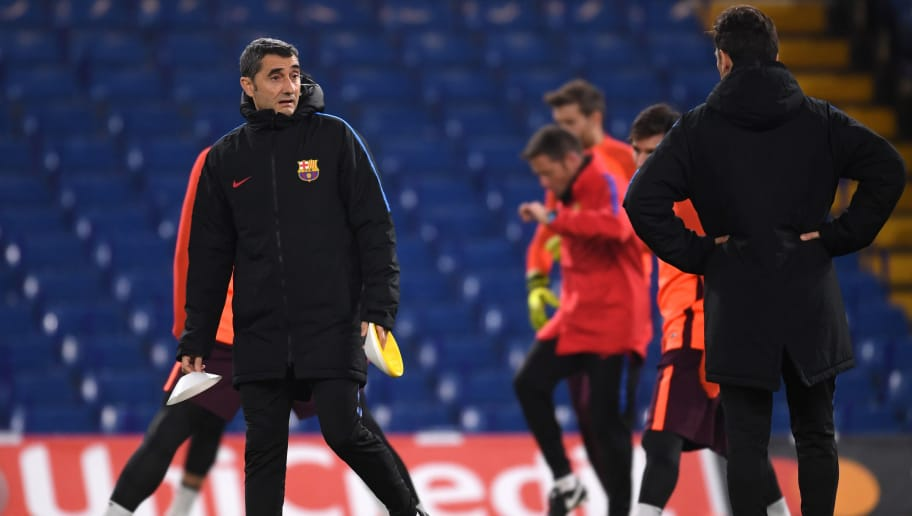 LONDON, ENGLAND - FEBRUARY 19:  Ernesto Valverde, manager of Barcelona sets up during an FC Barcelona Training Session ahead of their Champions League last 16 match against Chelsea at Stamford Bridge on February 19, 2018 in London, England.  (Photo by Mike Hewitt/Getty Images)
