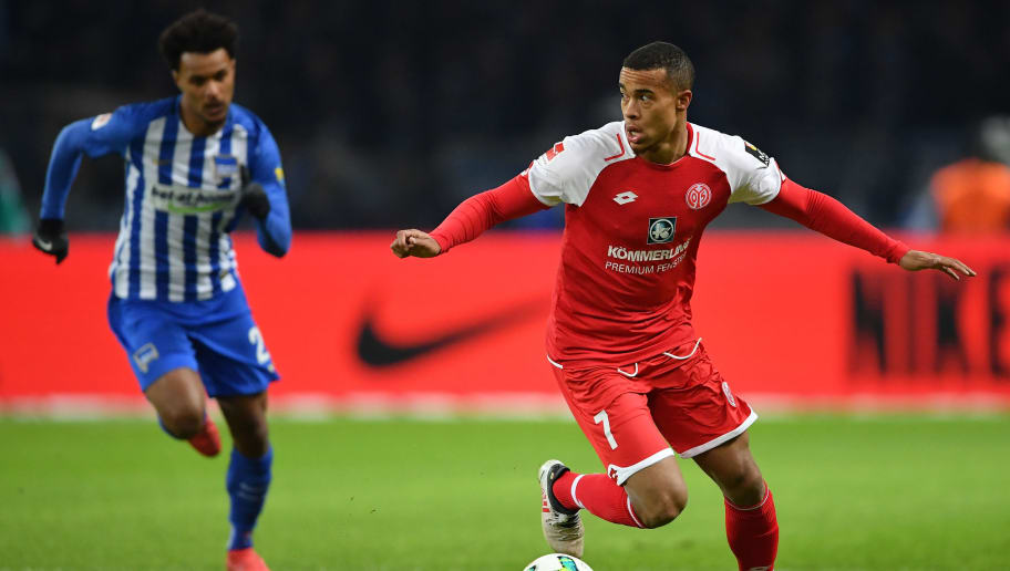 BERLIN, GERMANY - FEBRUARY 16:  Valentino Lazaro of Berlin challenges Robin Quaison of Mainz during the Bundesliga match between Hertha BSC and 1. FSV Mainz 05 at Olympiastadion on February 16, 2018 in Berlin, Germany.  (Photo by Stuart Franklin/Bongarts/Getty Images )