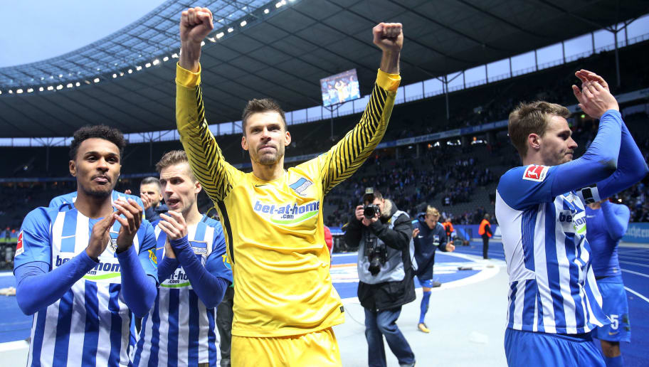 BERLIN, GERMANY - OCTOBER 28: Hertha BSC celebrate their teams win with Goalkeeper Rune Jarstein (M) after the Bundesliga match between Hertha BSC and Hamburger SV at Olympiastadion on October 28, 2017 in Berlin, Germany. (Photo by Selim Sudheimer/Bongarts/Getty Images )
