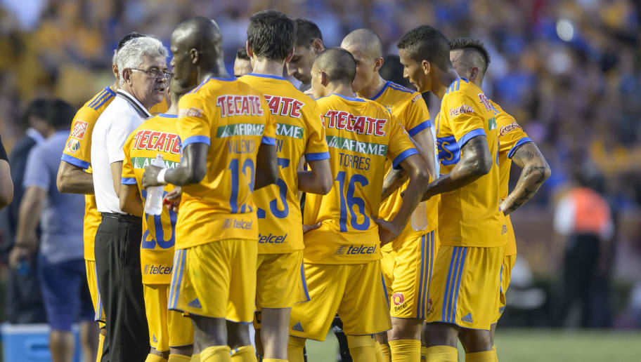 MONTERREY, MEXICO - JULY 22:  Ricardo Ferretti, coach of Tigres, talks to his players during the 1st round match between Tigres UANL and Puebla as part of the Torneo Apertura 2017 Liga MX at Universitario Stadium on July 22, 2017 in Monterrey, Mexico. (Photo by Azael Rodriguez/LatinContent/Getty Images)