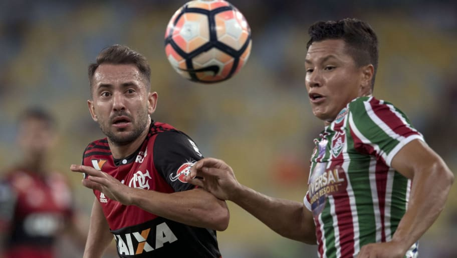 Brazil's Flamengo player Everton Ribeiro (L) vies for the ball with Brazil's Fluminense Marlon during their 2017 Sudamericana Cup football match at Maracana stadium in Rio de Janeiro, Brazil, on November 1, 2017.  / AFP PHOTO / Mauro PIMENTEL        (Photo credit should read MAURO PIMENTEL/AFP/Getty Images)