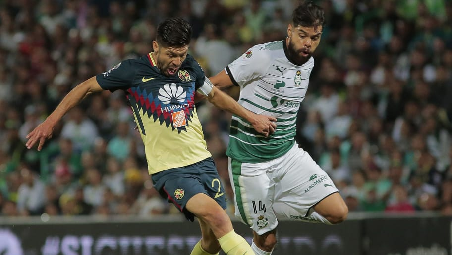 TORREON, MEXICO - NOVEMBER 19: Oribe Peralta of America (L) and Nestor Araujo of Santos fight for the ball during the 17th round match between Santos Laguna and America as part of the Torneo Apertura 2017 Liga at Corona Stadium on November 19, 2017 in Torreon, Mexico. (Photo by Saul Gonzalez/Getty Images)
